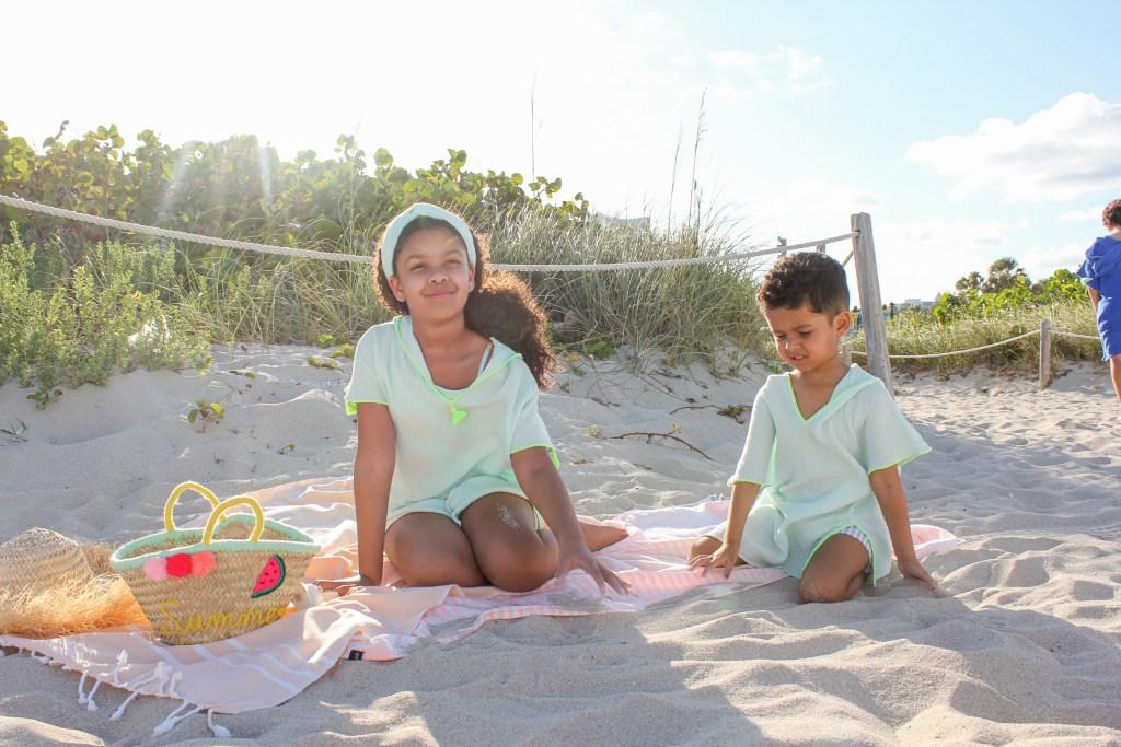 Aurore Hetzel's children sitting with a Petit Nomade basket.